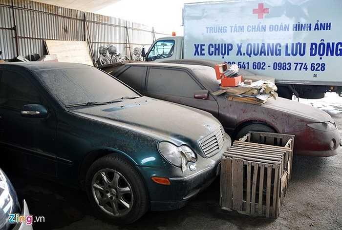 Hàng chục xế hộp hạng sang của nhiều hãng ôtô như Porsche, Camry, Mercedes, Lexus dầm mưa, phơi nắng tại các bãi giữ phương tiện vi phạm Bồ Đề, Nam Trung Yên, Giảng Võ, Đền Lừ, Thái Thịnh, Vĩnh Tuy...