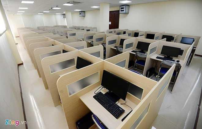 Phòng thi chuẩn bị cho kỳ thi đánh giá năng lực được trang bị 100% máy tính hiện đại, chỗ ngồi được ngăn cách bằng lớp gỗ.