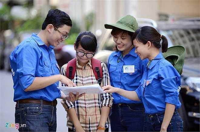 Đội tình nguyện viên đã có mặt tại các cụm thi tại đại học Quốc gia để tư vấn tuyển sinh và tìm nhà trọ hỗ trợ thí sinh.