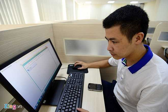 Các thao tác trong phòng thi đơn giản, khi mở công tắc nguồn, tất cả máy tính trong phòng sẽ được khởi động. Thí sinh ngồi vào bàn và thực hiện bài thi 100% trên máy tính.