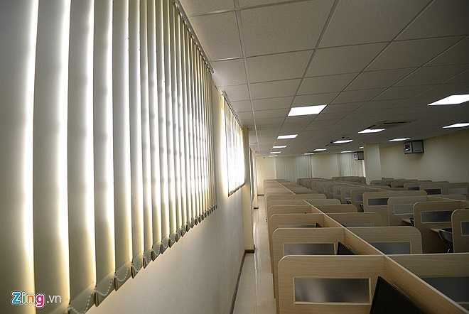 Hệ thống rèm cửa hiện đại, cửa sổ phòng thi khá thông thoáng, đảm bảo ánh sáng và không khí tự nhiên cho thí sinh