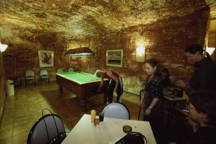 Trong hình là quầy bar của khách sạn Desert Cave. Ở thị trấn Coober Pedy, còn có nhiều nhà nghỉ dành cho khách qua đêm và một trong những nơi đó đã được bình