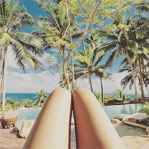 Mỗi lần như vậy người ta cũng ngầm hiểu rằng họ đang được đi du lịch đến nhiều nơi khác nhau, hầu hết đều là những nơi có khung cảnh đẹp như mơ hoặc sang chảnh đến mức không tưởng. (Huyền Trân)