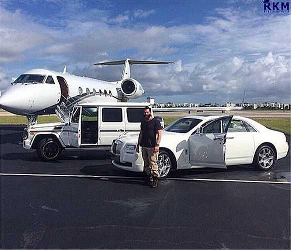 Việc sở hữu hàng loạt chiếc siêu xe đắt tiền như Roll-Royce, Bentley, Ferrari, Lamborgini hay cả máy bay riêng cũng là chuyện đã quá bình thường.
