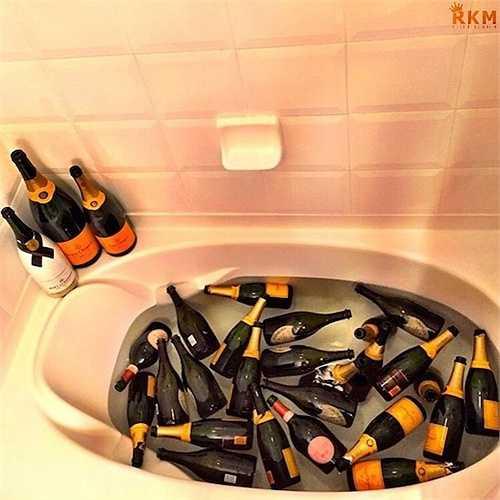 Các cô chủ cậu chủ con nhà giàu còn có một thú vui khác người thường đó là uống và... tắm bằng rượu.