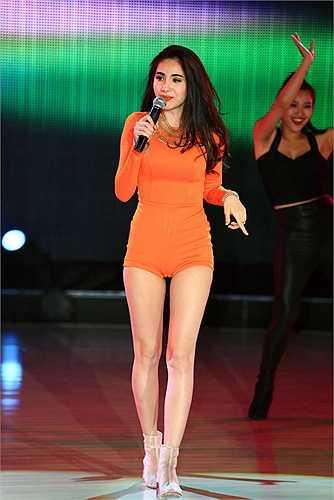Trong các bộ ảnh thời trang, Thủy Tiên cũng không bỏ qua cơ hội khoe chân dài nuột nà bằng quần siêu ngắn.