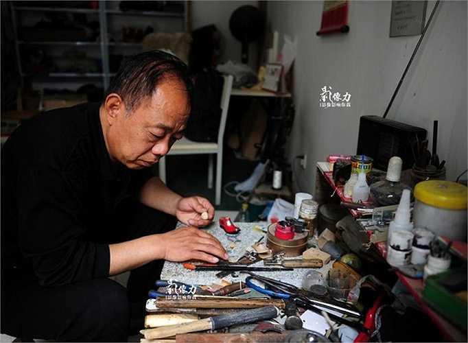 Bàn làm việc của nghệ nhân. Trước đây, ông từng làm chuyên viên thiết kế giày cho một nhà máy trong thành phố.