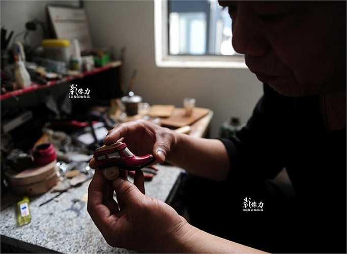 Vẫn giữ niềm đam mê dành cho đôi giày, ông Peng bắt đầu dành thời gian để làm ra những chiếc giày tí hon.
