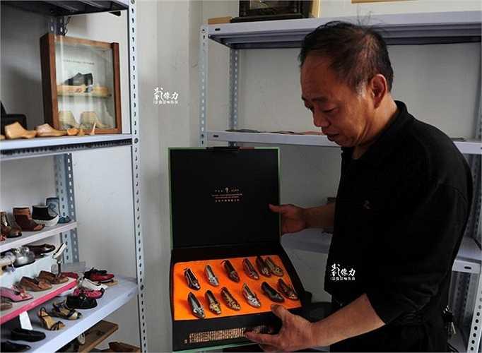 Ông Peng tự hào giới thiệu về bộ sưu tập giày da kiểu dành cho nữ trong kho hàng có một không hai của mình.