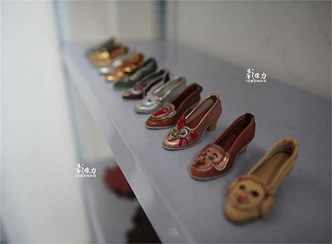 Giày da mini tiệm ông Peng nhanh chóng trở thành món đồ lưu niệm được nhiều du khách ưa chuộng.