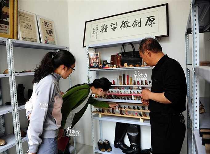 Khách hàng thích thú ngắm nghía những tác phẩm của ông Peng tại cửa hàng.
