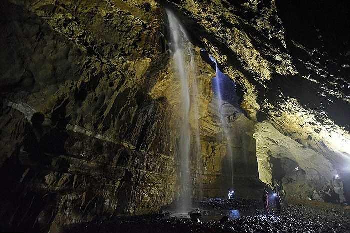 Hang dài 145 mét, rộng 25 mét, sâu 35 mét tức bằng 2 lần chiều cao của thác Niagra ở Nam Mỹ.