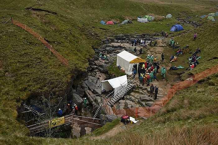 Khu vực dựng lán trại của đội thám hiểm để chuẩn bị xuống khám phá hang Gaping Gill. Mọi người ví khám phá bên trong hang như vào trung tâm của trái đất