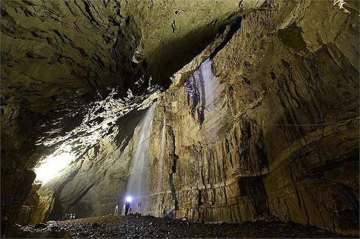 Để khám phá bên trong, mỗi người phải đu sợi dây dài xuống độ sâu hàng chục mét.  Gaping Gill thuộc Vườn Quốc gia Yorkshire Dales, nằm ở phía bắc Yorkshire