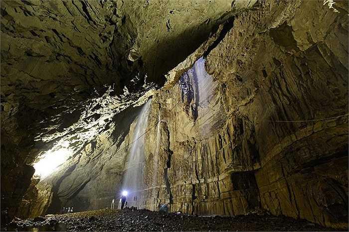 Dưới sự khúc xạ của ánh sáng vào hang, dòng thác nước nhỏ có màu sắc rất độc đáo. Dòng thác này được dự đoán có tuổi đời hàng triệu năm