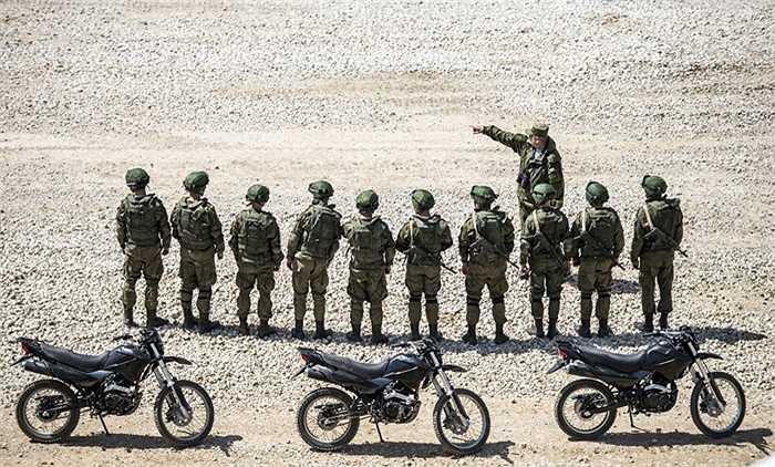 Các binh sĩ Nga trước giờ biểu diễn