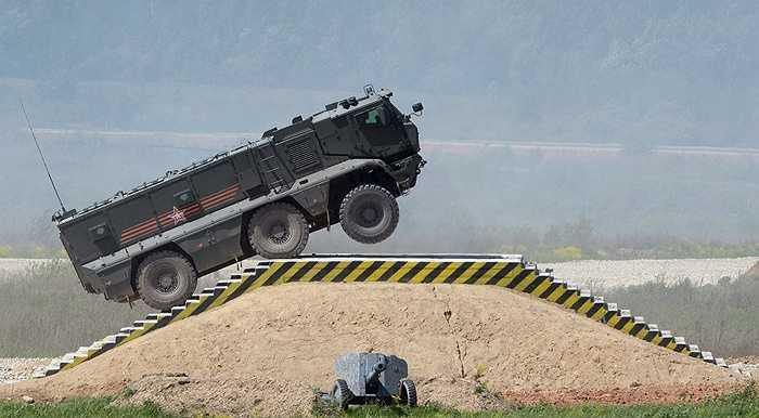 Xe Typhoon-K vượt chướng ngại vật