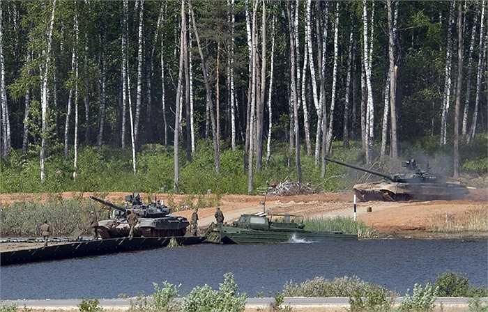 Xe tăng T-72B3 vượt sông