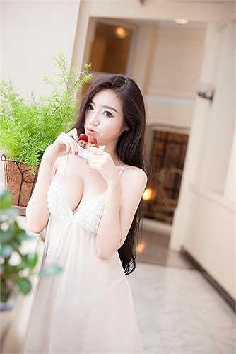 Nhắc đến có vòng 1 quyến rũ, không thể bỏ qua một trong những hot girl đời đầu là Elly Trần.