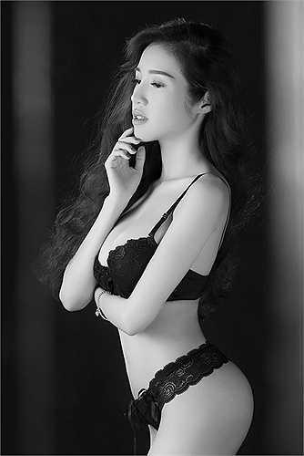 Hiện tại, dù đã là bà mẹ 1 con, Elly Trần vẫn giữ được vóc dáng tuyệt mỹ.