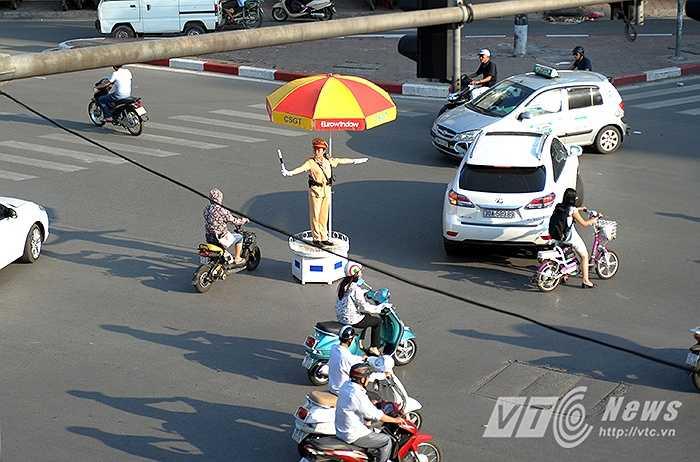 Những ngày này, Thủ đô Hà Nội đang như trong một chảo lửa khổng lồ, cái nóng bỏng rát khiến cho ai nấy cũng muốn nhanh chóng tìm đến nơi có bóng râm để tránh nắng.