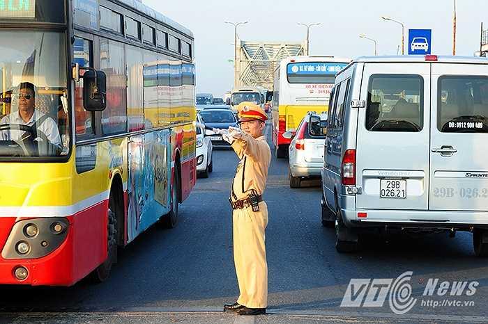 Trong cái nắng nóng hầm hập như đổ lửa ấy, các chiến sỹ CSGT của TP Hà Nội vẫn miệt mài với công việc.