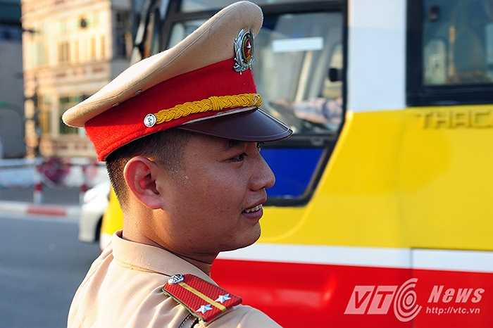 Những giọt mồ hôi túa ra ướt đẫm vai áo và khuôn mặt của các chiến sỹ CSGT.