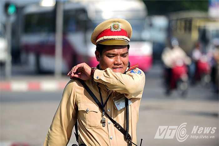 Thiếu úy Lưu Văn Uy vã mồ hồi dưới cái nắng oi bức của mùa hè.