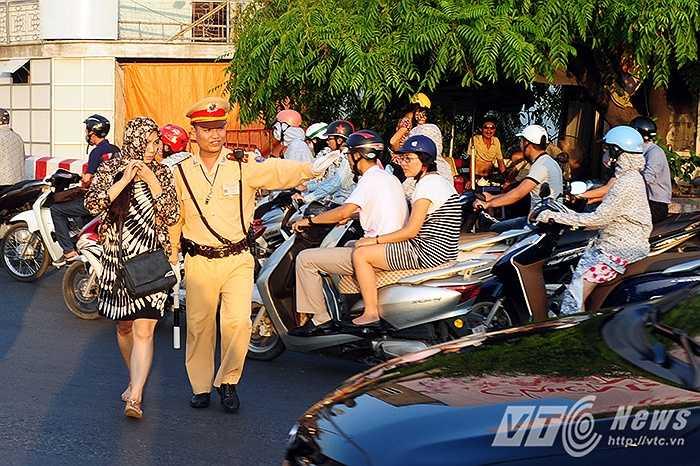 Tại chốt CSGT đầu cầu Chương Dương, trung úy Trần Ngọc Long cho biết: Thời điểm từ 9 giờ sáng trở đi, lượng người tham gia giao thông không ngừng tăng. Đây cũng là thời điểm nắng nóng bắt đầu trở nên gay gắt hơn, không khí ngoài đường vô cùng oi bức.