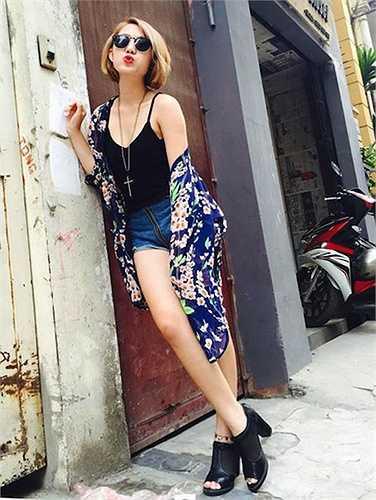 Cô nàng đã nhanh tay cập nhật 2 xu hướng thời trang đang 'sốt xình xịch': áo 2 dây và kimono