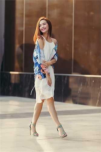 Nữ ca sỹ Minh Hằng khiến người qua đường phải ngoái lại nhìn vì quá xinh đẹp và bắt mắt với váy hai dây, áo kimono họa tiết