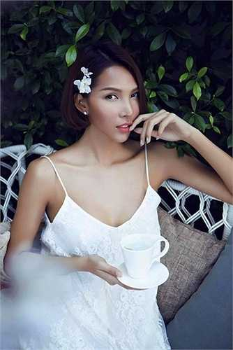 Minh Triệu sở hữu làn da nâu khỏe khoắn, thân hình gợi cảm và chúng càng phát huy vẻ đẹp khi cô ứng dụng thời trang 2 dây