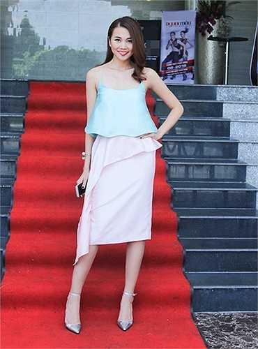 Chân dài Thanh Hằng yêu chiều áo 2 dây lụa khi đi chấm thi chương trình Vietnam's Next Top Model cách đây ít hôm  (Nguồn: Dân Việt)