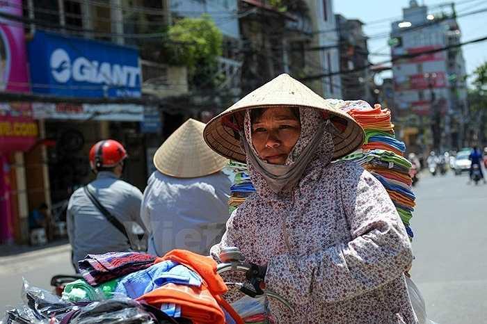 Thời tiết nắng nóng kéo dài đạt mức kỷ lục trong những ngày qua khiến cho đời sống của những người lao động ở Thủ đô gặp nhiều khó khăn.