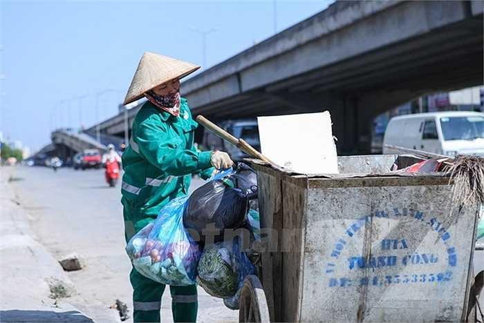 Khổ sở nhất vẫn là những công nhân vệ sinh môi trường khi ngày ngày phải 'phơi mình' trong chảo lửa 40 độ C của Thủ đô bất kể lúc nào.