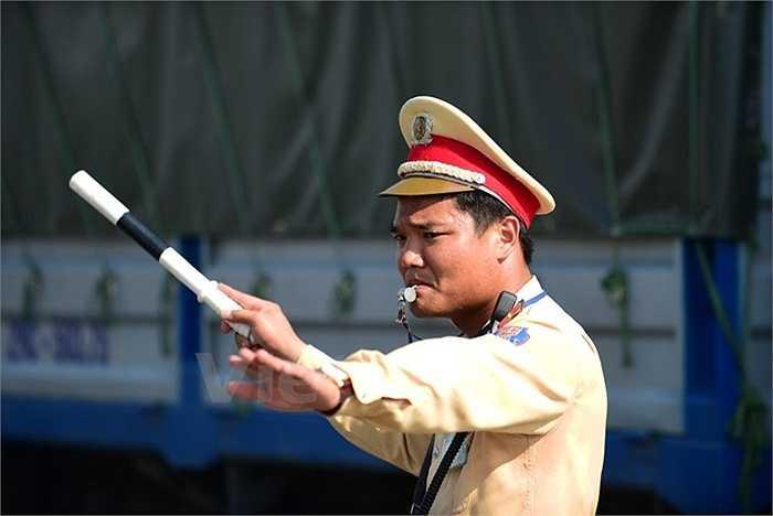 Những chiến sỹ cảnh sát giao thông Hà Nội mướt mải mồ hôi để phân luồng đường. Những ngày nắng nóng, nhiều phương tiện tham gia giao thông rất tùy tiện.