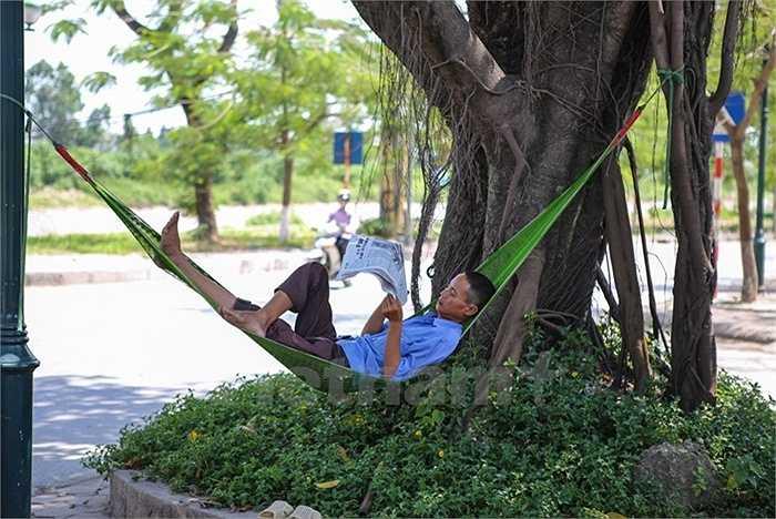Phút nghỉ ngơi hiếm hoi của một người lao động.