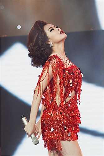 Mỗi lần người đẹp xuất hiện, là một lần hâm nóng sân khấu.