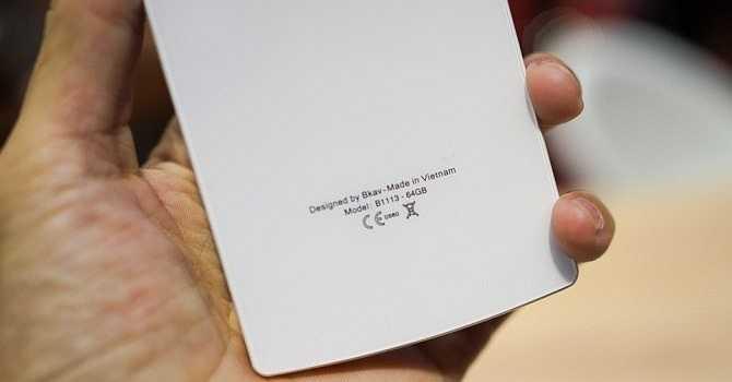 Theo quan sát thì chiếc hộp có những đặc điểm mà trong đó phần đỉnh hộp có logo B của Bphone. Ngoài ra ở phía trước hộp có hình ảnh giống với chiếc điện thoại được ra mắt cách đây vài ngày.