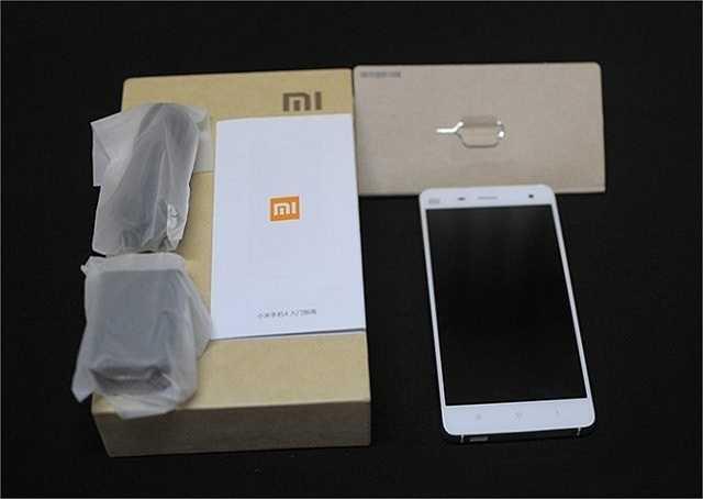 Một chiếc máy khác cũng có thiết kế hộp tương tự là Xiaomi Mi4