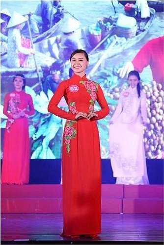 Trang phục do nhà thiết kế áo dài Đặng Trọng Minh Châu  tài trợ