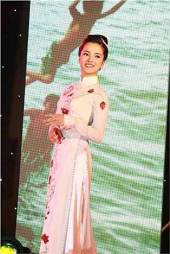 Khoe vẻ đẹp dịu dàng, quyến rũ của người con gái Việt