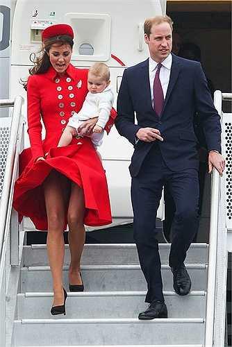 Tháng 4/2014, vừa bước ra khỏi máy bay khi đặt chân đến New Zealand, nữ công tước xứ Cambridge Kate Middleton đã được chào đón bằng một cơn gió lớn, khiến cô phải vất vả một tay bế con một tay chỉnh đốn váy áo.