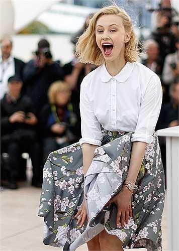 May mắn cho Sarah Gadon là cô đã kịp phản ứng trước cơn gió tai quái tại buổi quảng bá Maps to the Stars trong khuôn khổ liên hoan phim Cannes 2014.