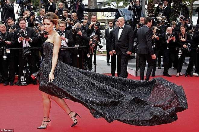 Cũng tại Cannes 2014, Cheryl Cole sải bước trên thảm đỏ với phần đuôi váy không 'chịu' chạm đất vì gió.