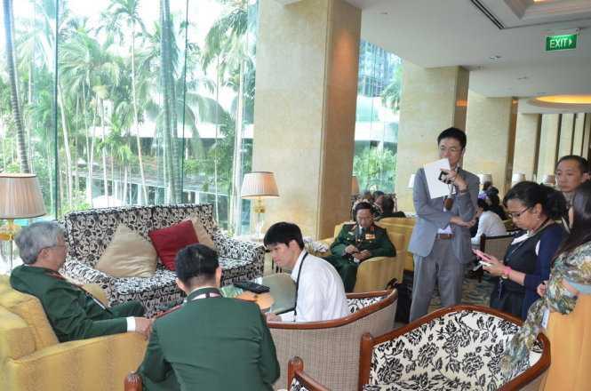 Thượng tướng Nguyễn Chí Vịnh trả lời phỏng vấn báo chí nước ngoài bên lề hội nghị Shangri-La
