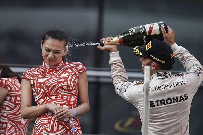 Tay đua Lewis Hamilton ăn mừng chiến thắng tại đường đua Thượng Hải