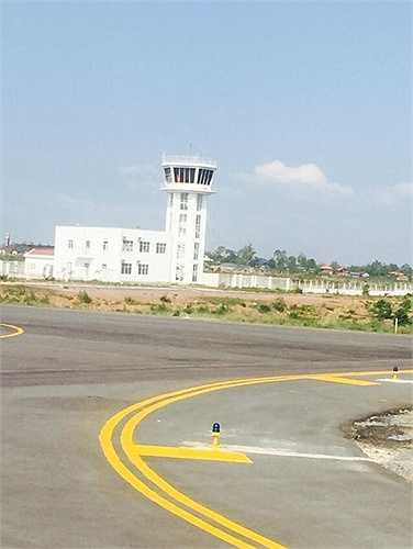 Sân bay quốc tế Attapeu có chiều dài đường băng 1.850m, đáp ứng cho các loại máy bay ATR-72, Fokker hoặc tương đương.