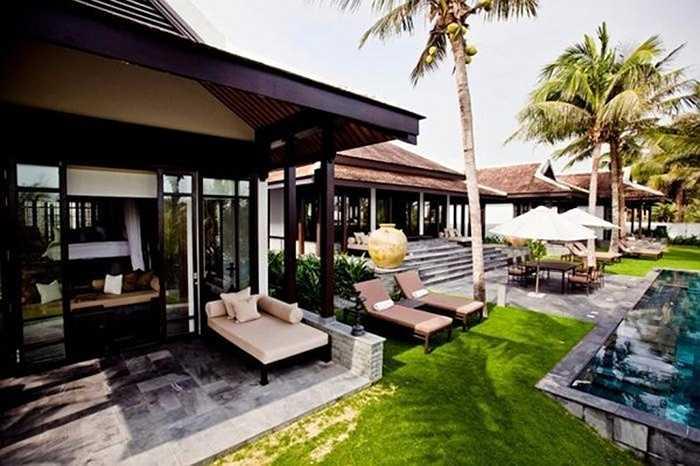 Villa H2 khu Nam Hải resort gồm 3 phòng ngủ, một phòng khách, nhà bếp riêng và khu vực dành cho quản gia và một hồ bơi nước nóng. Biệt thự đẹp như mơ này hướng ra biển, với nhiều đồ nội thất đắt tiền.
