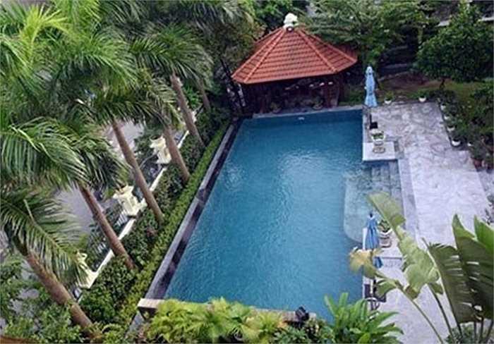 Biệt thự có diện tích 500m2, với sân vườn, bể bơi rộng lớn